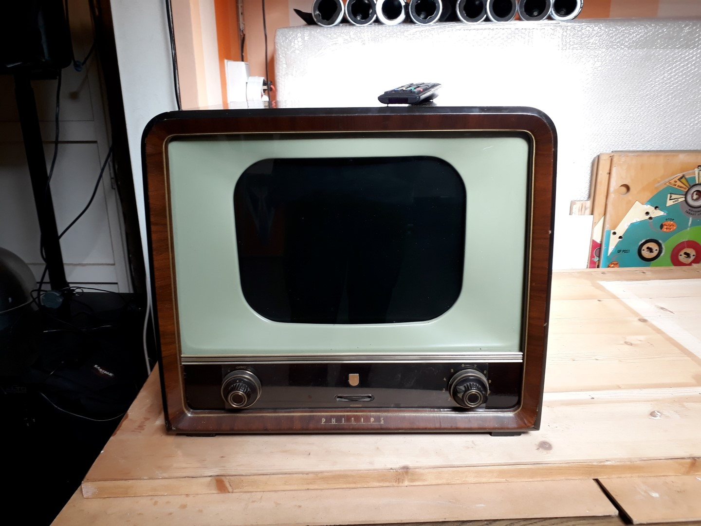 antique_television_with_modern_electronics